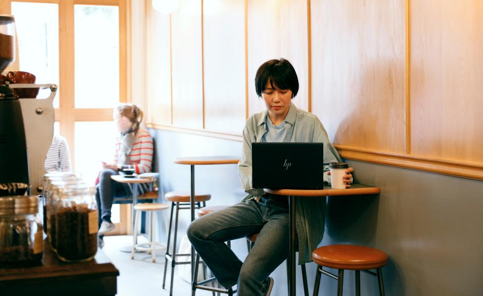 カフェで HP Elite Dragonfly を使うharu. 氏
